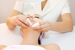 Manualne oczyszczanie twarzy a trądzik